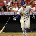 Moustakas hits clutch HR in 11th, Royals win Game 1