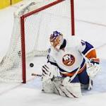 Giroux scores 2 goals, keeps Islanders in playoff limbo with Flyers' 5-4 victory
