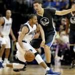 Warriors win easily in Dallas, extend streak to 15